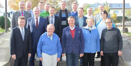 Regierungspräsidentin Nicolette Kressl (2.v.re.) mit Landrat Dr. Achim Brötel, MdB Alois Gerig, Fraktionsvorsitzenden Karl Heinz Neser, Mosbachs OB Michael Jann und Buchens BM Roland Burger (1. Reihe v.li.) sowie den Fraktionsmitgliedern.